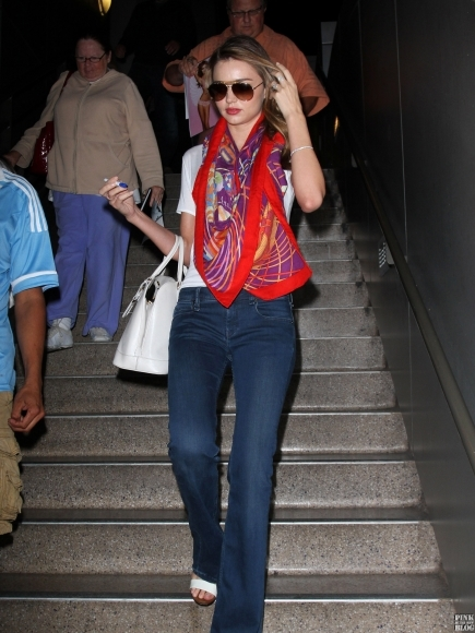 Miranda-Kerr-Rocks-A-Gorgeous-Scarf-At-LAX-Airport-5-435x580